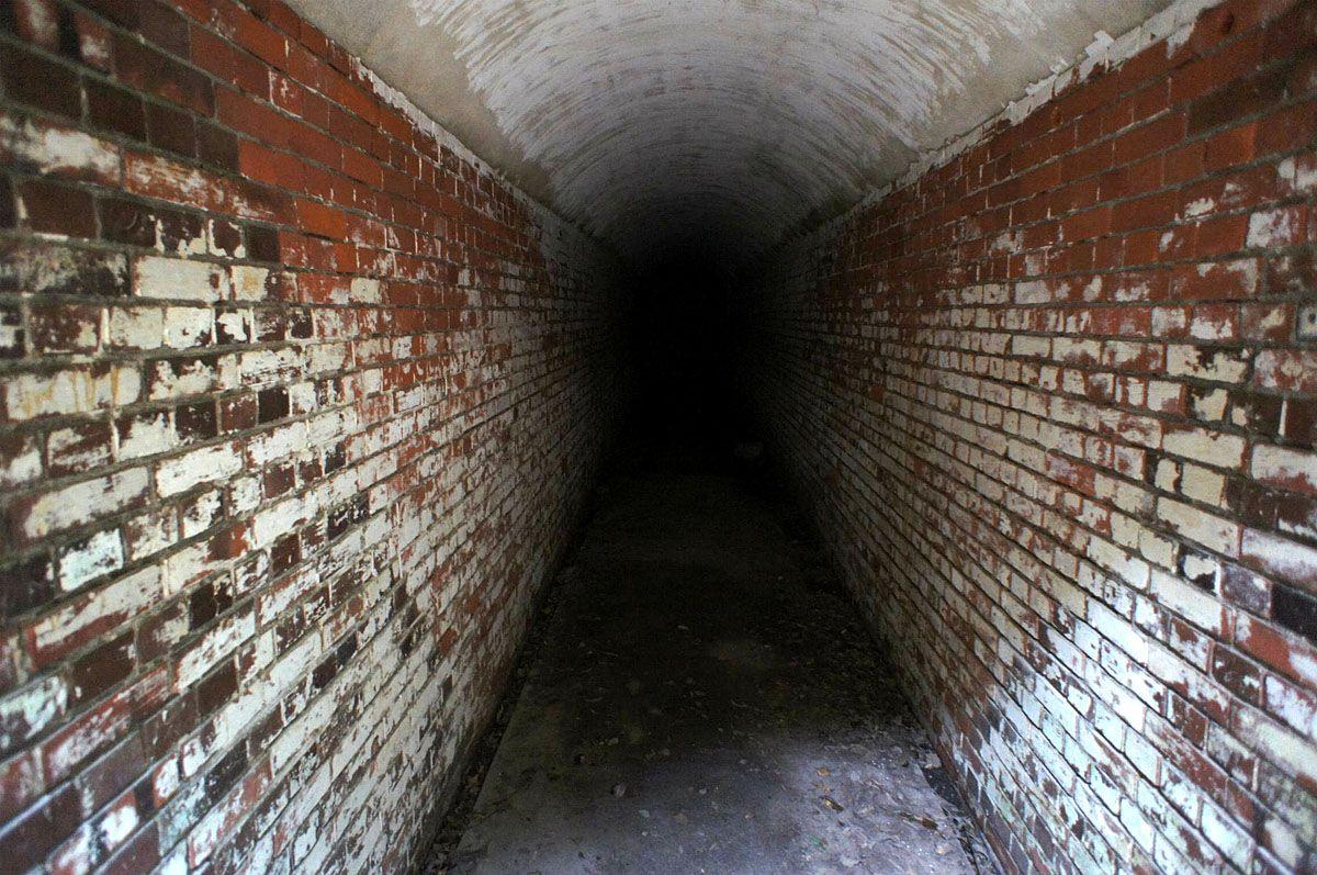建物の中は真っ暗な通路