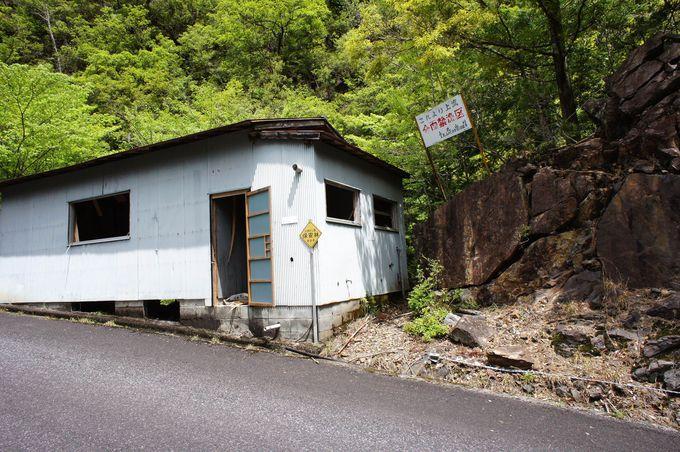 この廃屋の横が滝への入口