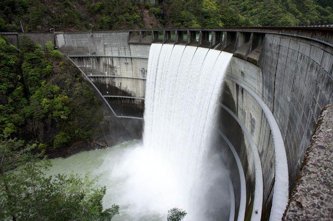 放流する坂本ダムの絶景