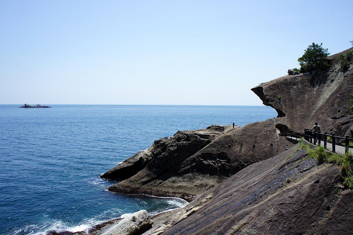 波の侵食でできた奇妙な地形「鬼ヶ城」