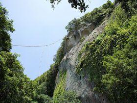 熊野の神々が宿る奇岩は究極のパワースポット ~花の窟・鬼ヶ城(三重県熊野市)|三重県|トラベルjp<たびねす>