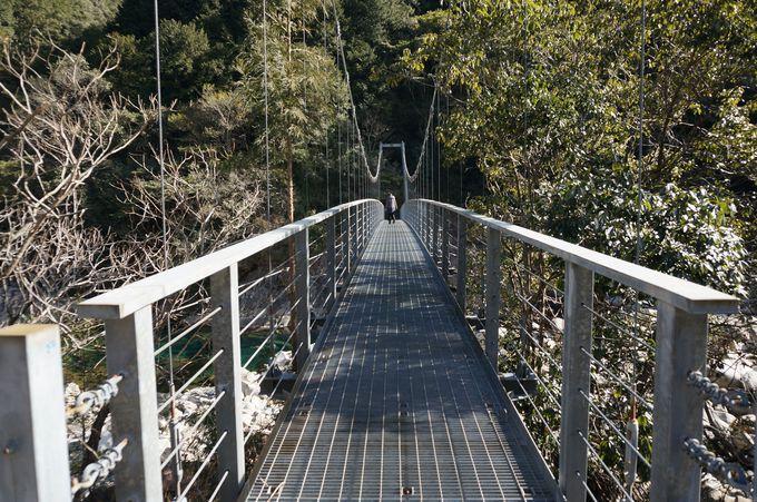 見下ろせば水色の奇跡「魚飛つり橋」
