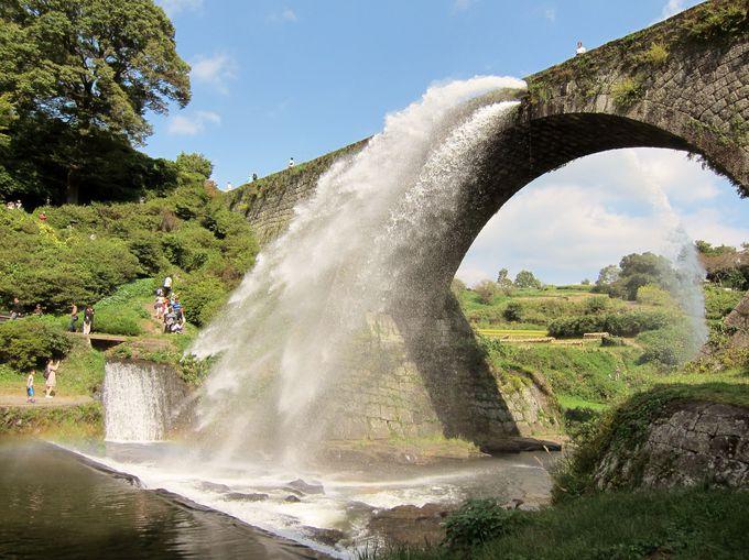 水しぶきMAX!日本最大級の石造りアーチ水路橋「通潤橋」