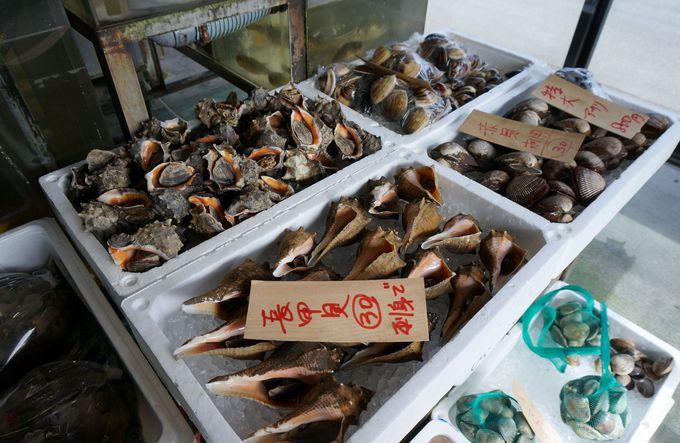 ミニ水族館のような鮮魚コーナー