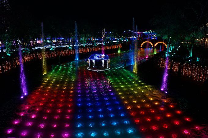 見ても乗っても楽しめる 光と噴水の運河