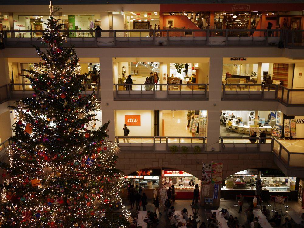 ジャンボクリスマスツリーを眺めながらショッピングを