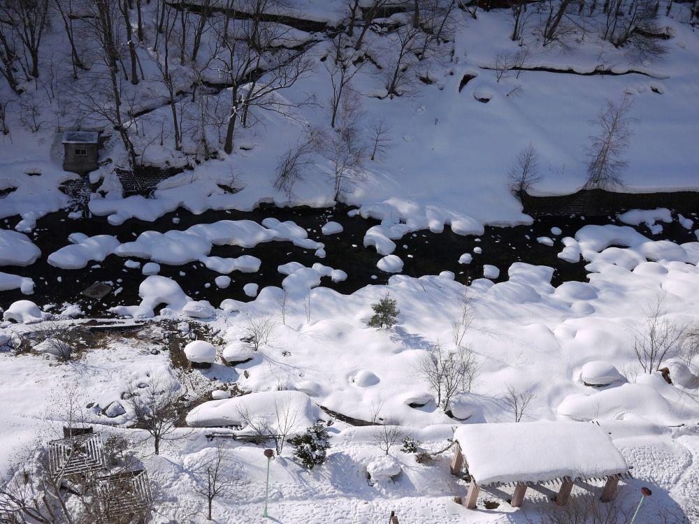 冬は川辺も雪景色、雪見露天も楽しめます