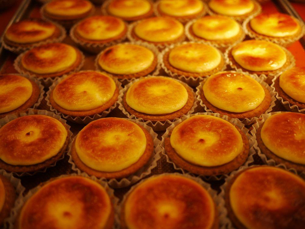 東改札口側には焼きたてチーズタルトや小樽の老舗洋菓子店