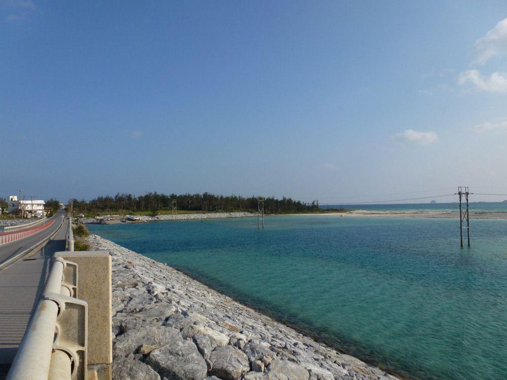 久米島から奥武島へ、美しい海を渡る海中道路