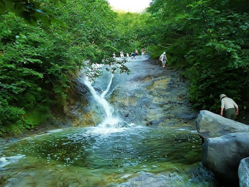 北海道の秘境、知床の神秘!温泉が流れるカムイワッカ湯の滝