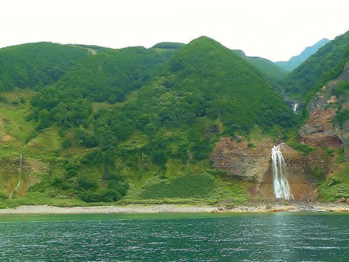 海から眺める「カムイワッカの滝」