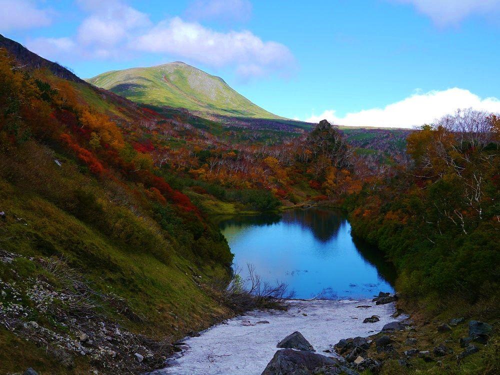 紅葉と雪渓が美しい絶景の「高原沼」