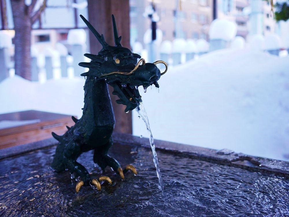 真冬も水が流れ続ける手水舎