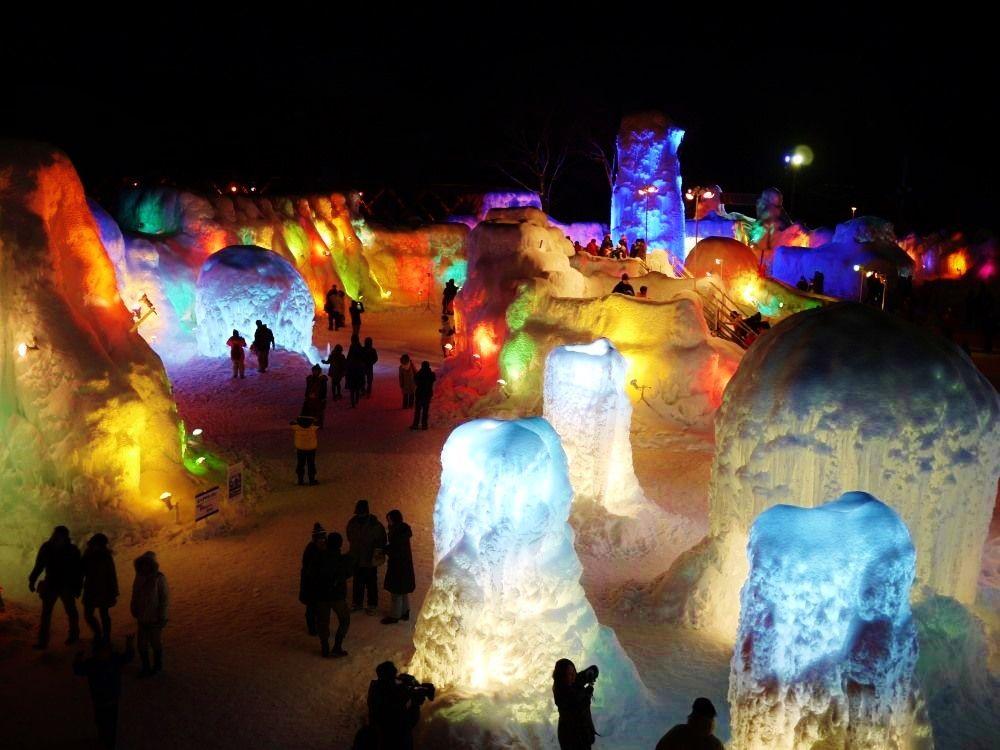 温泉街も楽しめる!七色に輝く絶景オブジェ祭「支笏湖氷濤まつり」(北海道)