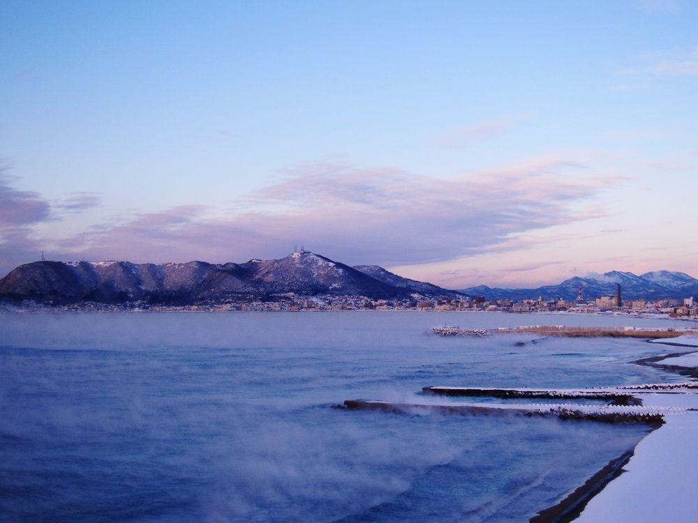 真冬の北海道・函館で神秘的な「気嵐」を暖かい室内で見よう!