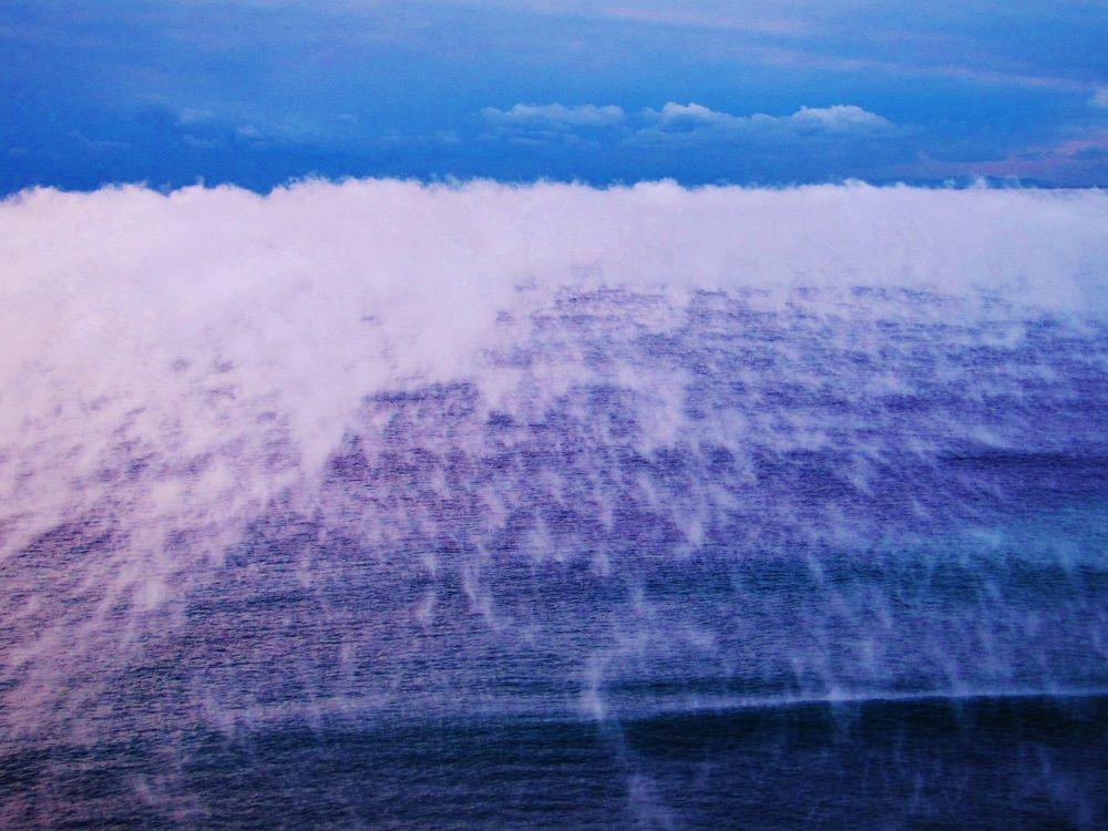 霧に包まれた幻想的な大海原
