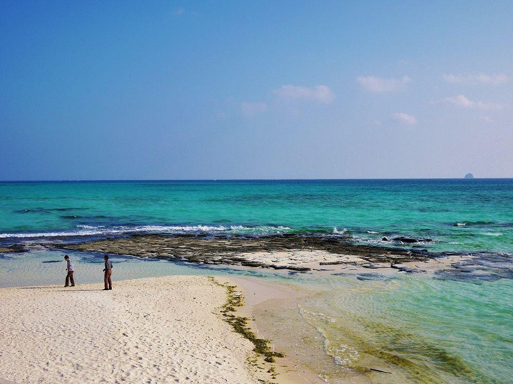 久米島の神秘!白砂と「畳石」広がる美しい奥武島海岸