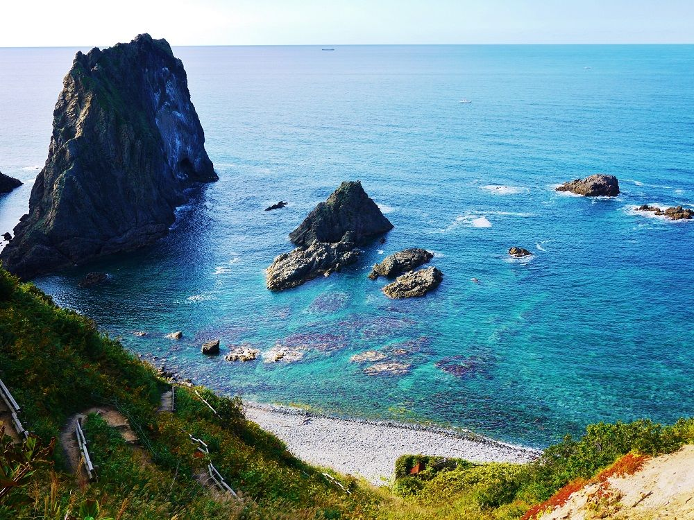 トンネルを抜けると積丹ブルーの絶景!北海道「島武意海岸」