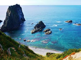 トンネルを抜けると積丹ブルーの絶景!北海道「島武意海岸」|北海道|トラベルjp<たびねす>