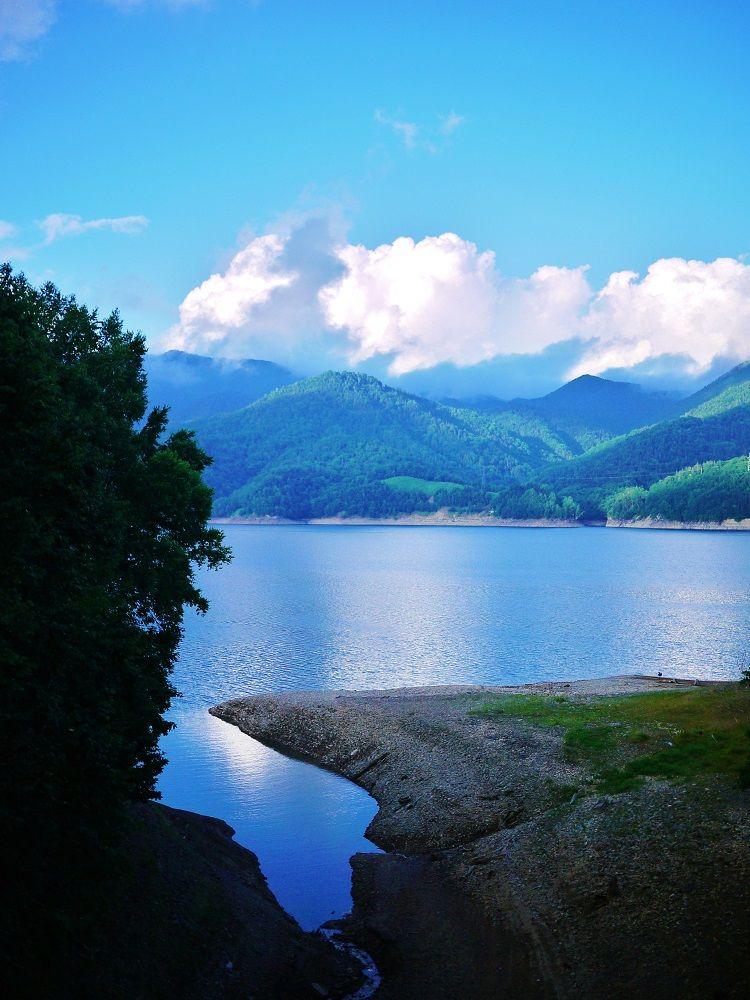 「旧国鉄士幌線アーチ橋梁群/三の沢橋梁」から眺める糠平湖の絶景!