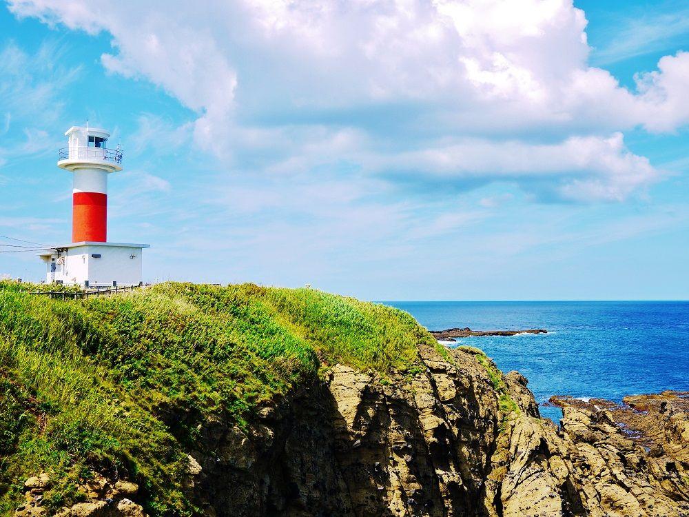 絵になる風景!赤と白の「弁慶岬灯台」