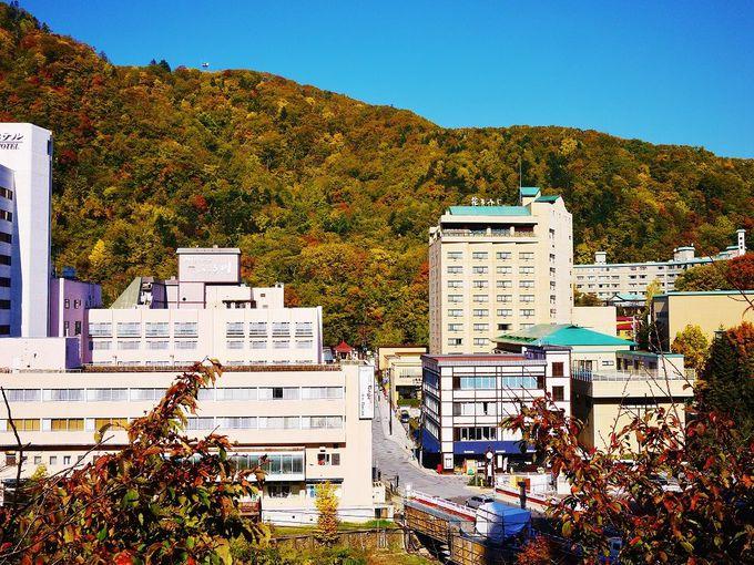 温泉街をぐるっと紅葉が取り囲む!秋の「定山渓温泉」