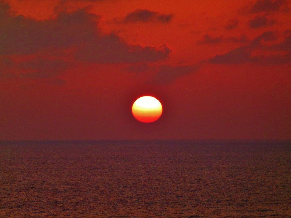 感動の風景!水平線に沈む太陽…そして夜は絶景の星空