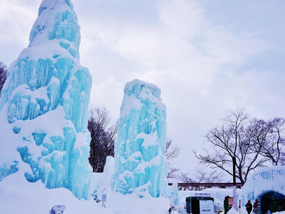 氷のウェルカムゲートを抜けた先に広がる支笏湖ブルーの世界