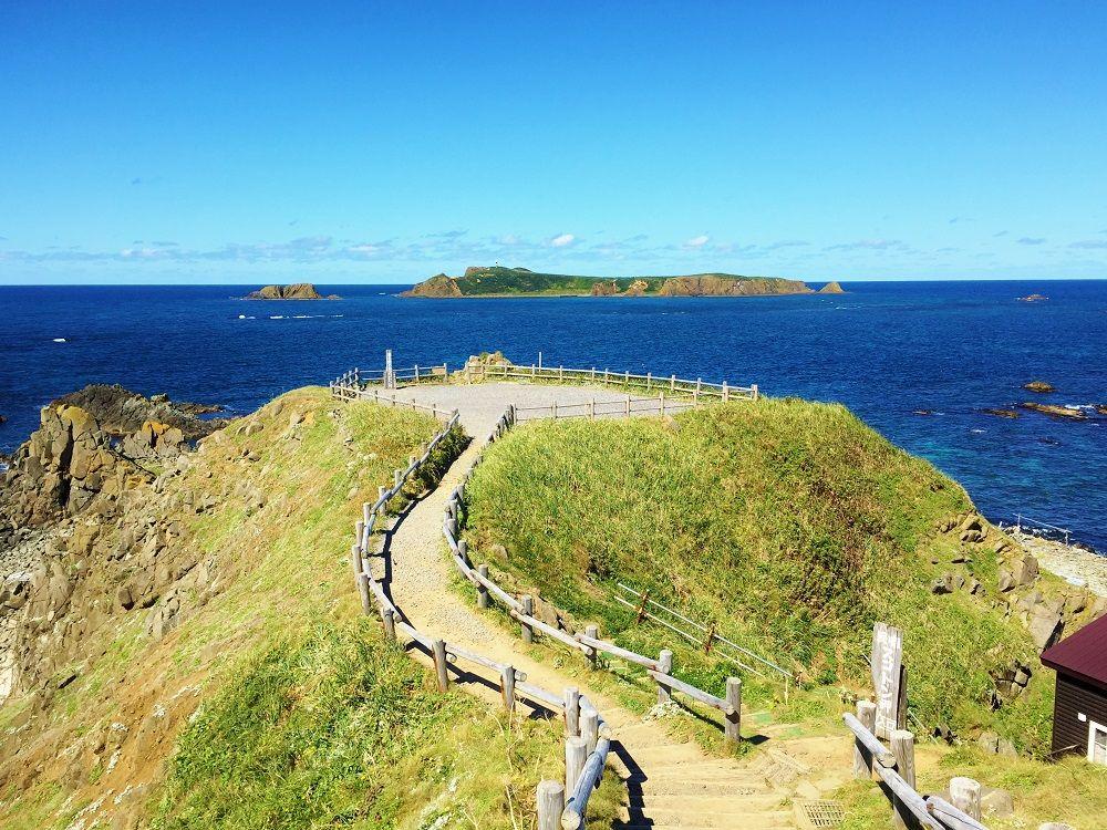 トド島を望む礼文島最北端の地「スコトン岬」