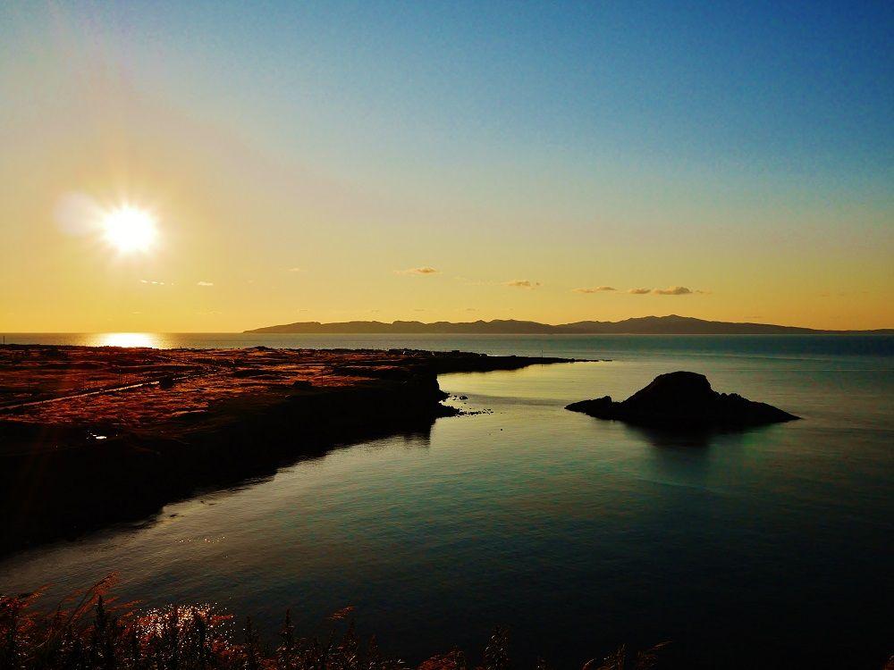 礼文島と水平線に沈む夕日を臨む感動の絶景!