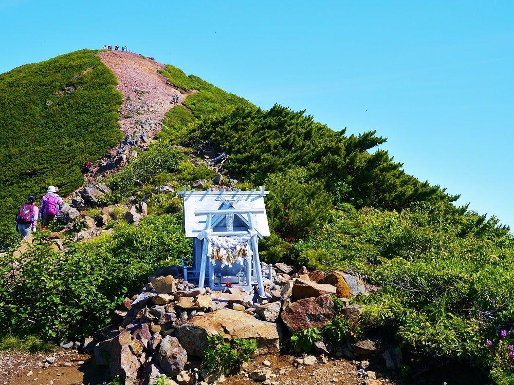 斜里岳神社でお参りをして山頂へラストスパート!