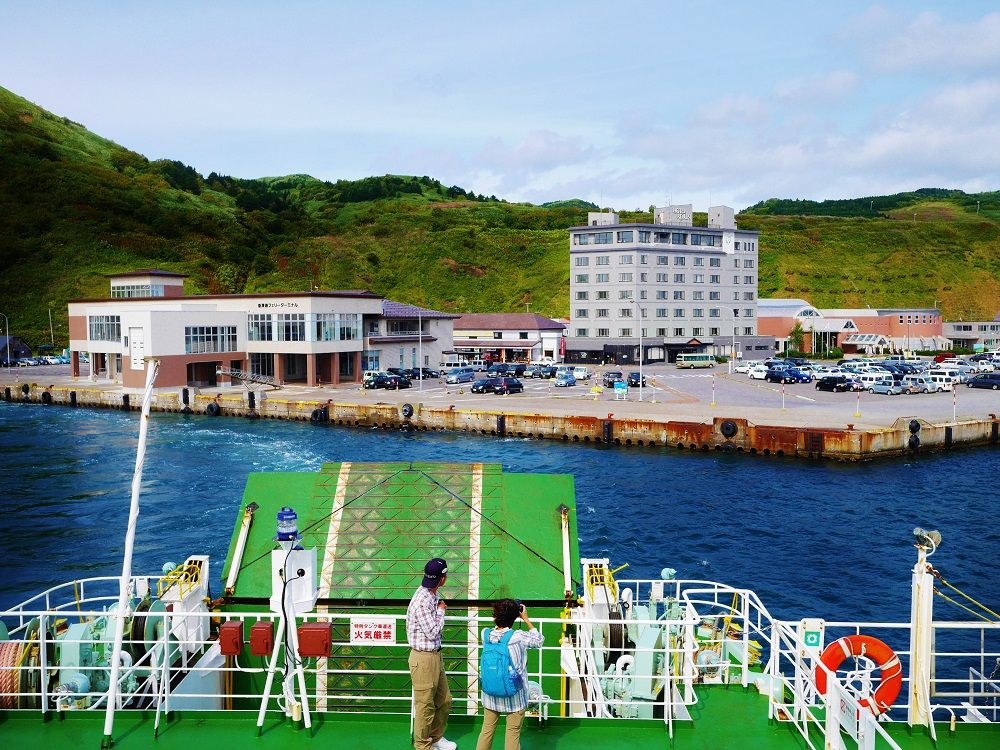 フェリー船上から眺める港は、ほっこりとする島の風景