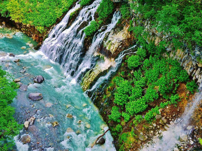 青の神秘!北海道美瑛町コバルトブルーの渓流と白ひげの滝