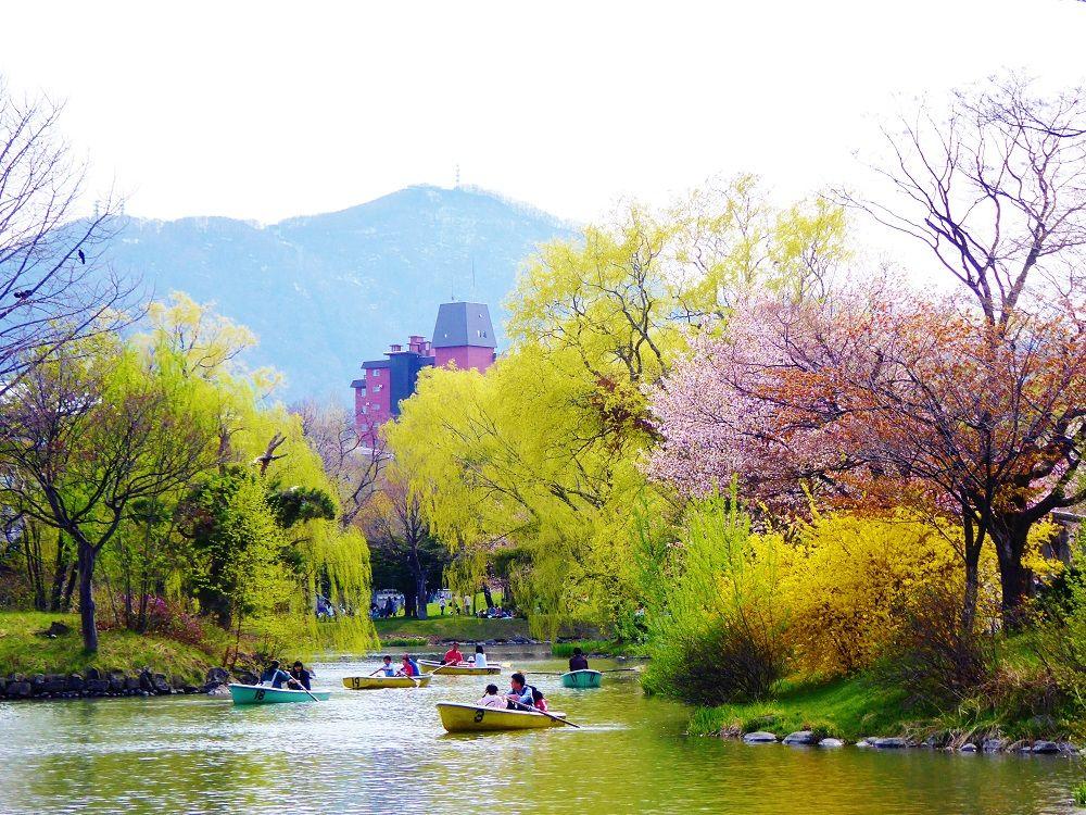 ボート遊びも楽しい!菖蒲池から眺める北国の春