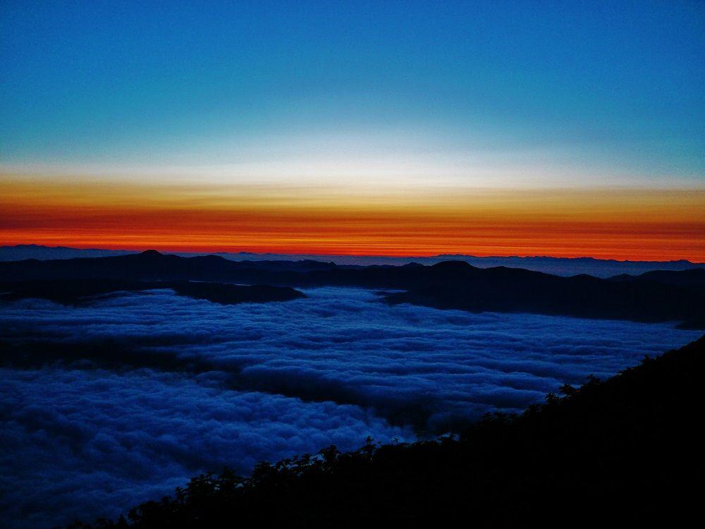 神秘的な夜明けの登山道とご来光