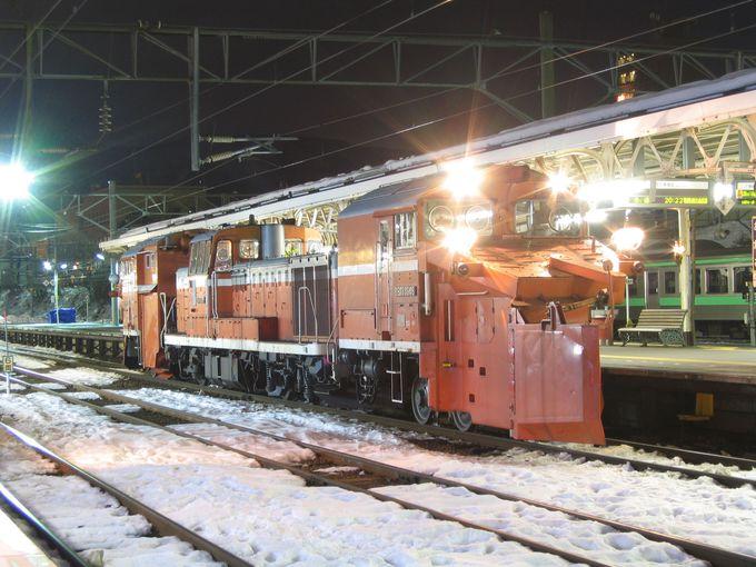 「山線」の終点小樽駅…冬の夜は、あの赤い機関車が登場!