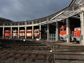 扇形機関車庫に名車が勢揃い!岡山の鉄道遺産「津山まなびの鉄道館」