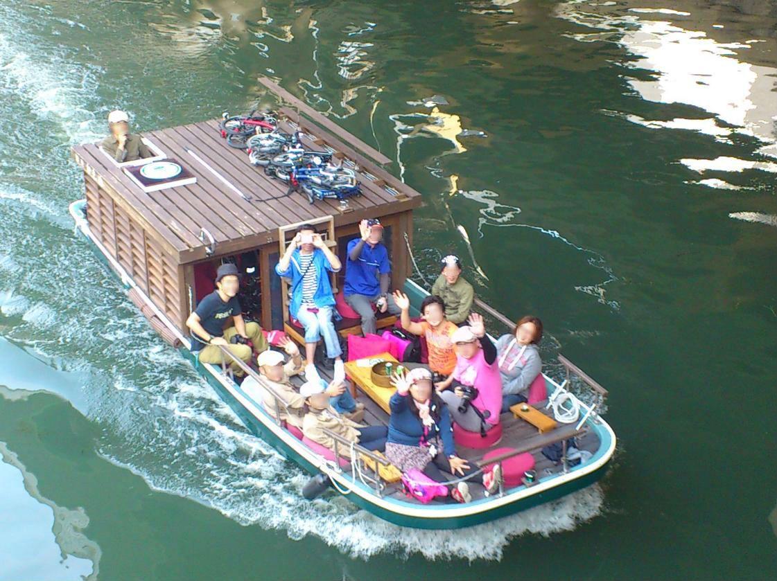 コンバージョン(用途転用)された真珠養殖船で水面ギリギリの世界へ