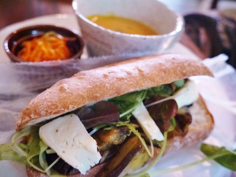 レベル高っ!沖縄自然派カフェで極上ランチ!焼きたてパンが食べ放題