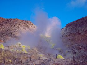 地球外的な景色!蛍光イエローの硫黄山は川湯温泉の源|北海道|トラベルjp<たびねす>