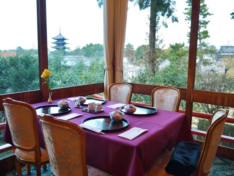 奈良ホテルの茶がゆ朝食は、国宝の興福寺五重塔を眺めながらいただける