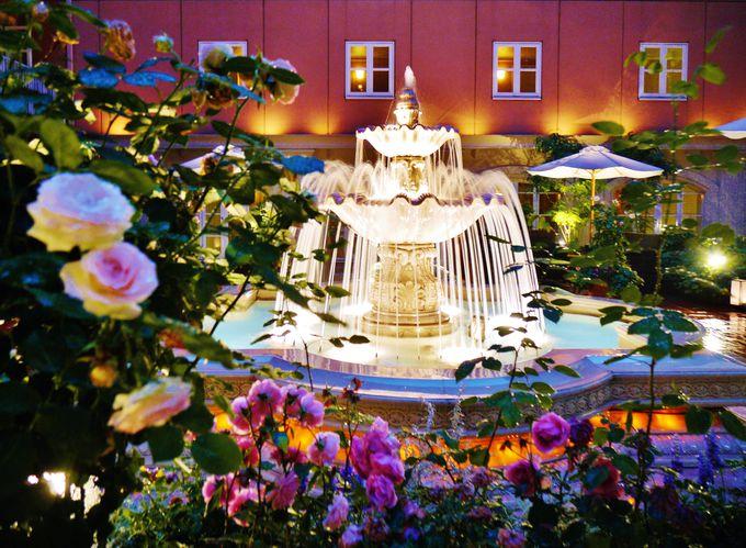 まるで海外の宮殿!花の咲き乱れる美しいパティオ