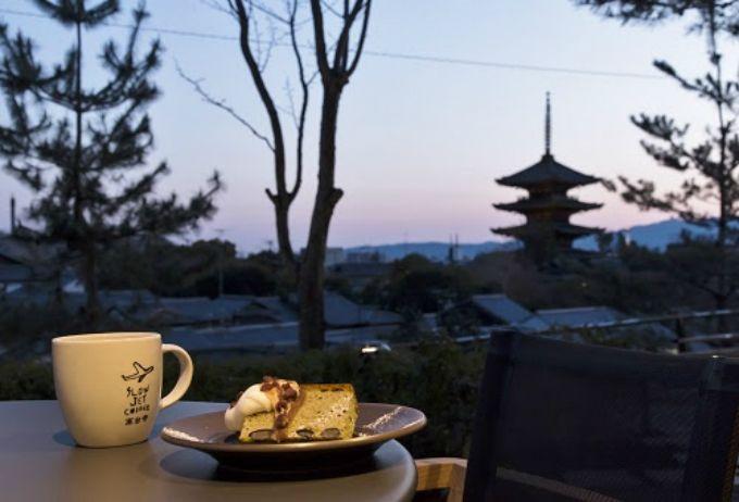 「スロージェットコーヒー高台寺」のテラス席からは京都らしい眺め
