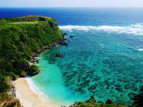 果報バンタで見る沖縄の青い海!海中道路の先にある宮城島の穴場絶景スポット|沖縄県|トラベルjp<たびねす>