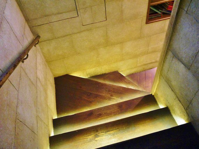 いよいよ秘密の地下カフェ「エンジェルライブラリー」へ