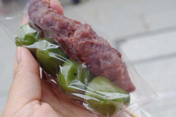 食欲をそそるヨモギの鮮やかな緑色のお団子!一度食べたらやみつきです