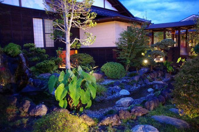 中庭はライトアップされ、幻想的な雰囲気に