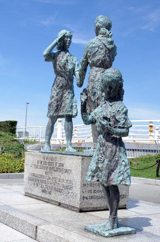 日米ガールスカウトの友好碑「やくそく像」