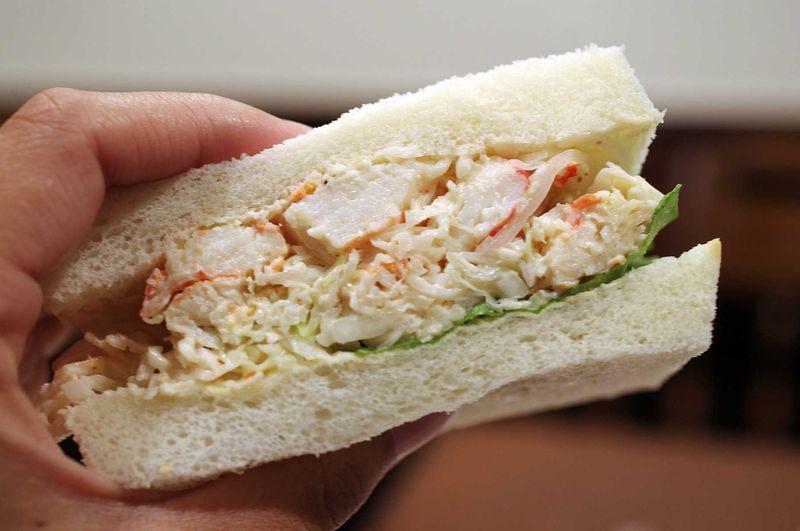 とにかくタラバガニが詰まってる!北海道でしか食せない「タラバサンド」