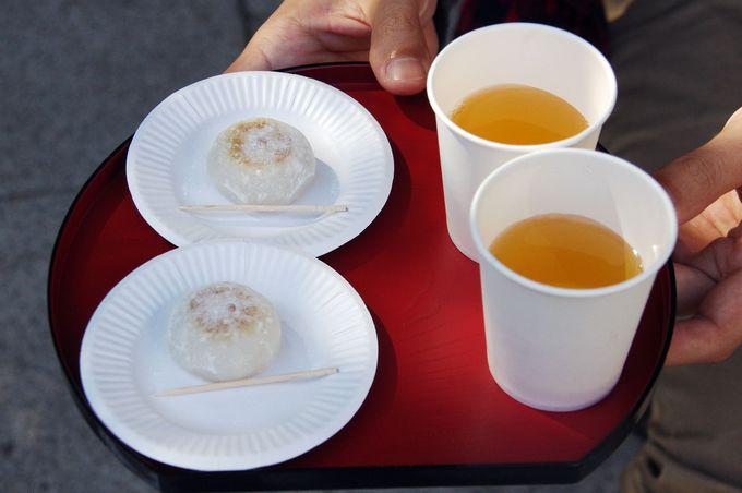 """土日に振る舞われるお団子とお茶。冬になると""""赤福""""も頂けます!"""